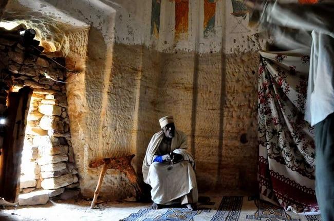 נזיר אתיופי באחת מהכנסיות של גרלטה