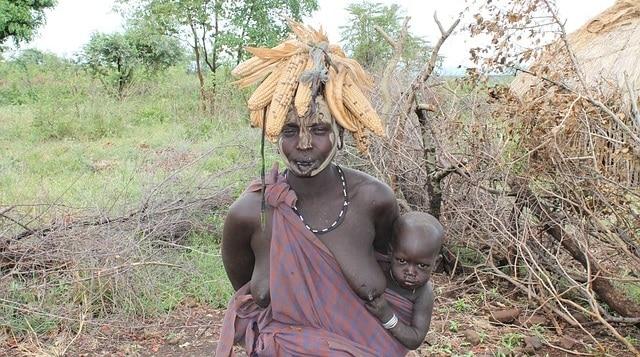 אשה מבני שבט מורסי בעמק נהר האומו