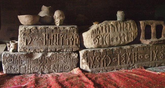 יחא - אבנים חרוטות בכתב סבאי עתיק