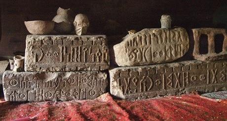 אבנים חרוטות בכתב סבאי עתיק - עותק
