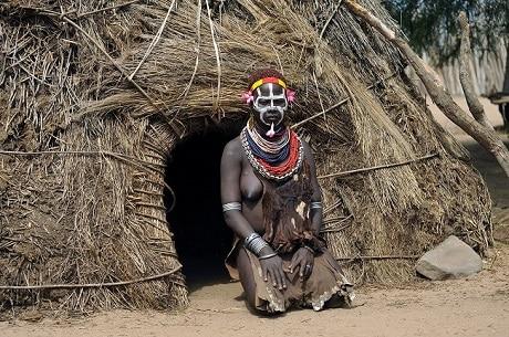 בן שבט בכפר על עמק נהר האומו, אתיופיה - עותק