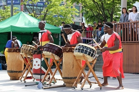 להקת מתופפים ברחוב - אתיופיה - עותק