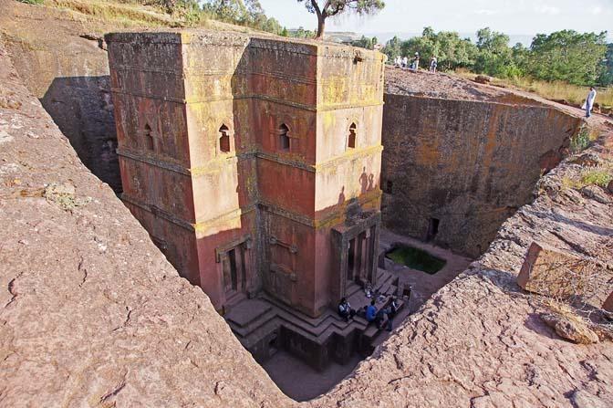 כנסיית ביתא גיורגיס חצובה בסלע הגעשי בצורת צלב