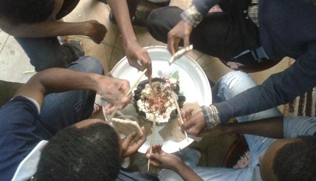 משפחה גוראגית אוכלת קיטפו