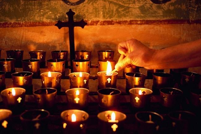 הדלקת נרות בכנסייה