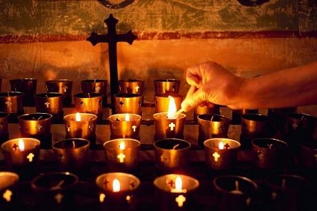 הדלקת נרות בכנסייה - עותק