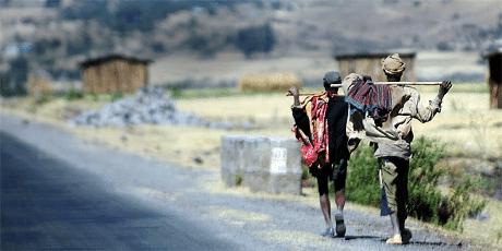 מקומיים הולכים לצד הדרך באתיופיה