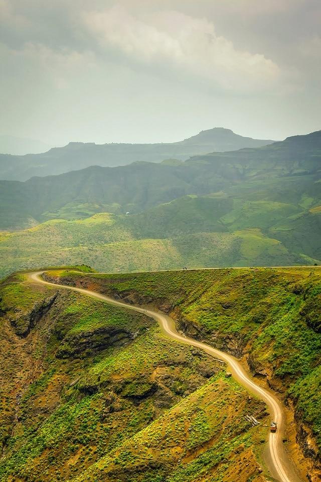 הדרך המתפתלת בכבישי מערב אתיופיה עם הטרמפ המיוחל