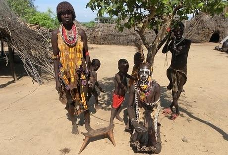 אנשי אחד השבטים בנהר האומו