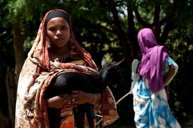 אישה מקומית בדרך לשוק ב- Babille