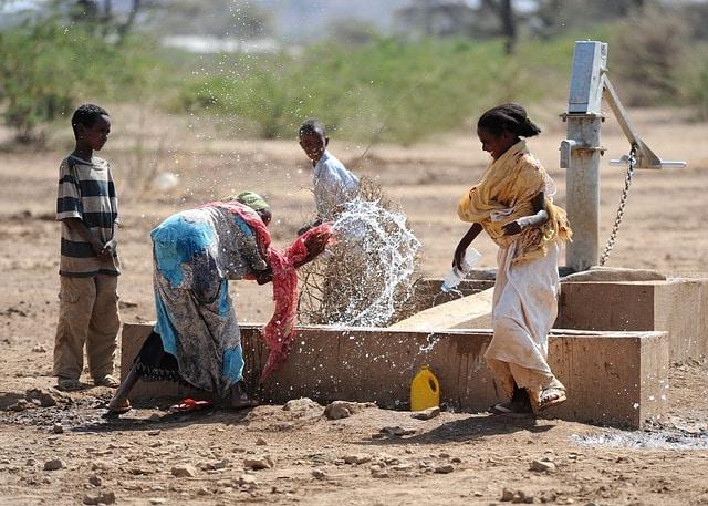 נשים וילדים ליד הבאר בכפר שבט ההאמר בדרום אתיופיה