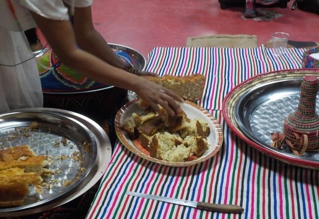 אוכלים אוכל מסורתי אתיופי - באתיופיה בוצעים את האוכל עם הידיים אז אל תשכחו לרחוץ ידיים לפני...