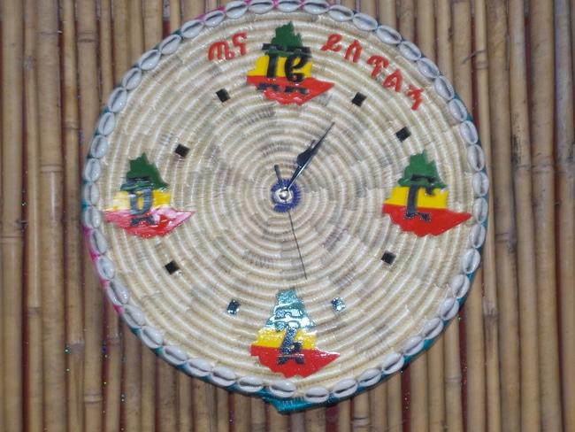שעון קיר מקש עם עיטורים אתיופיים