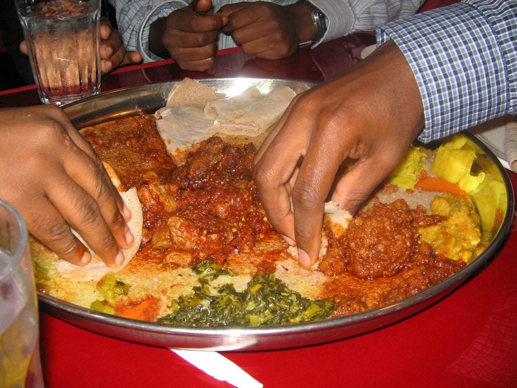 באתיופיה אוכלים עם הידיים