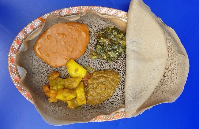 ארוחה-אתיופית-שכוללת-אינגרה-תבשיל-תפוחי-אדמה-תבשיל-מנגולד-שירו-ואפונה